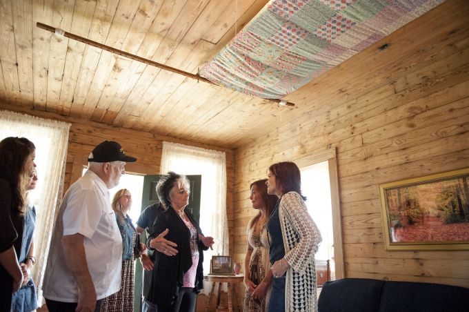 Joanne Cash Yates, sister of Johnny Cash, describes growing up on the Dyess Colony to visitors. Image courtesy of Heritage Sites at Arkansas State University.